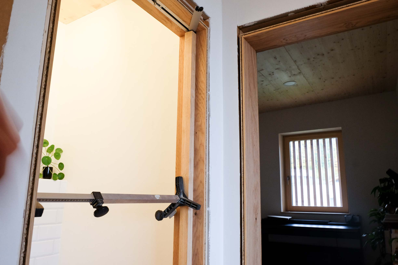Trocknung. Verbauen der Innentüren ohne Schadstoffe, mit Leim.