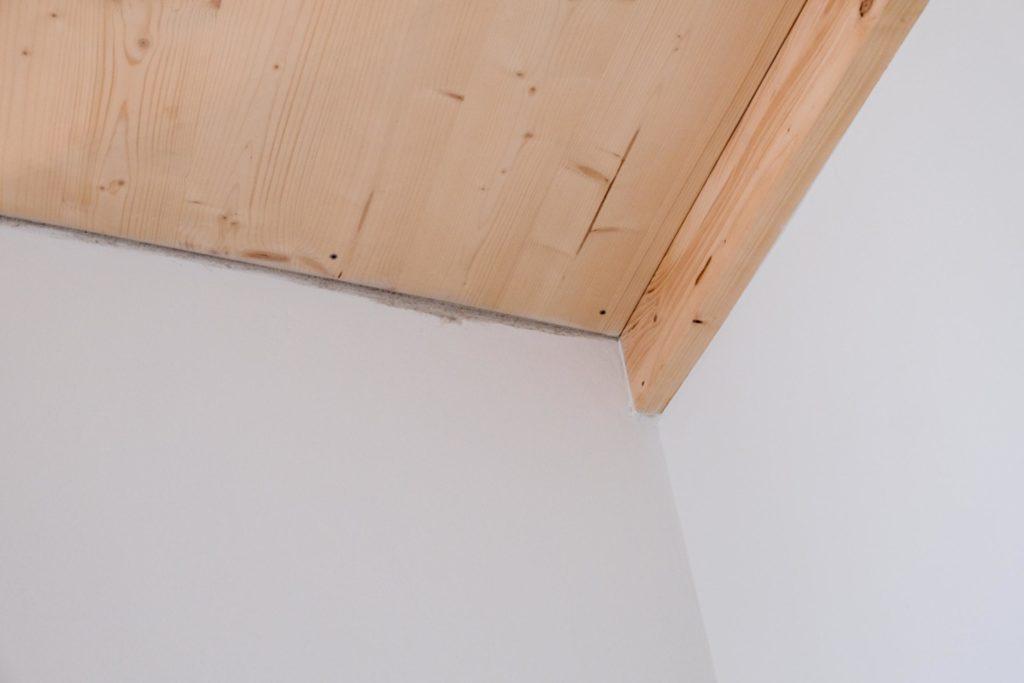 Holzdecke und Tonwand