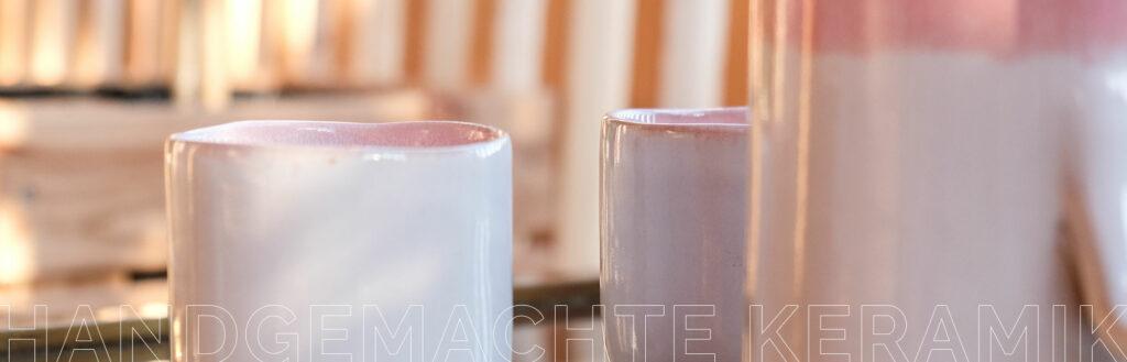 Handgemachte Keramik von onomao im Küchenregal